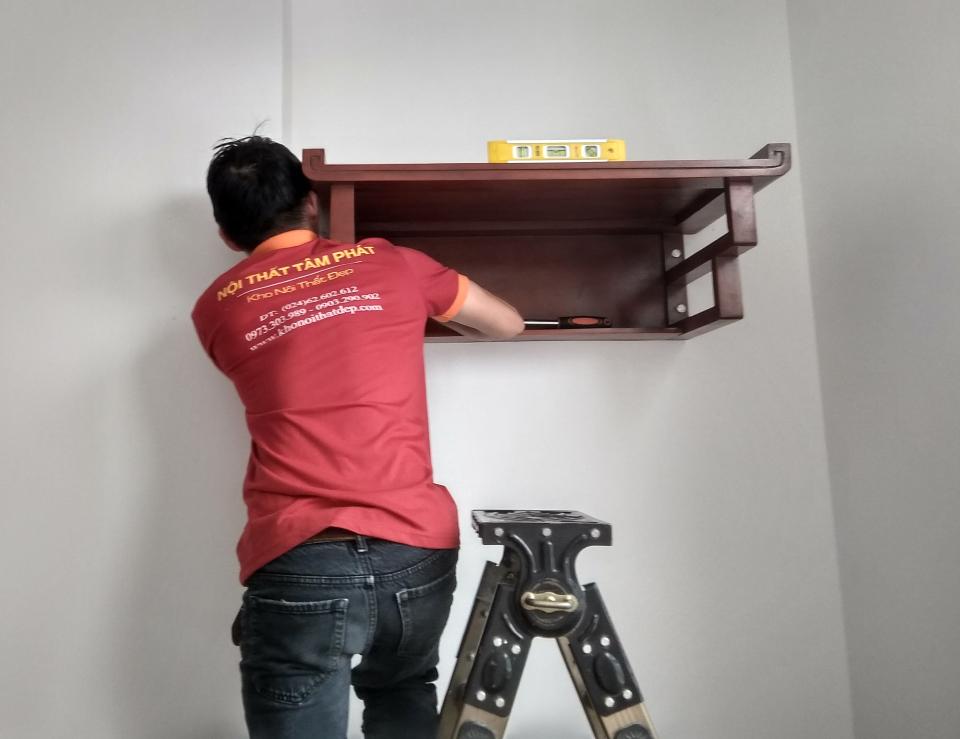 Bàn thờ treo tường hiện đại mẫu TT011 được thiết kế đo ni đóng giày đến từng chi tiết chuẩn lỗ ban phong thủy