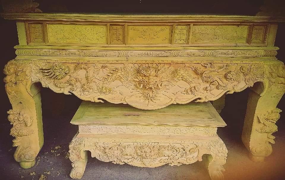 Sập thờ gỗ Mít cao cấp mẫu STM012 được thiết kế theo phong cách cổ kính, với những đường nét chạm trổ tinh xảo, độc đáo, tôn lên vẻ đẹp tâm linh phong thuỷ.