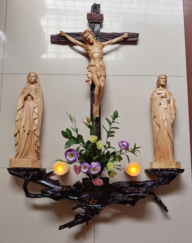 Bàn thờ Chúa kiểu dáng đơn giản nhưng tính thẩm mỹ cao