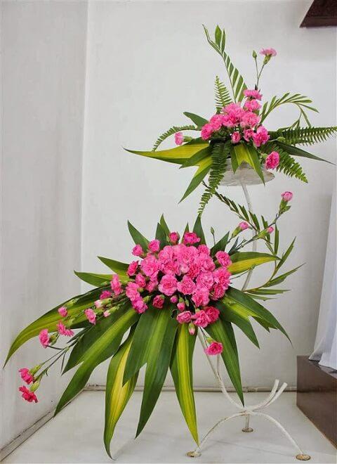 Cắm hoa để bàn thờ chúa