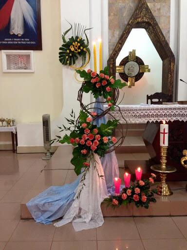 Thiết kế bàn thờ chúa đẹp khi trang trí với hoa tươi