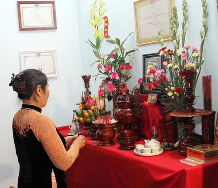 Bình hoa đặt đối xứng với nhau trên bàn thờ