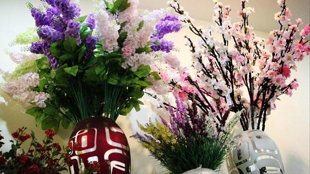 Bày hoa giả trên bàn thờ